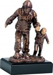 Trofeu Statueta Pompier cu Copil din Rasina Personalizat 20 cm inaltime Cupe, trofee si medalii