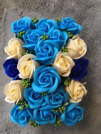 Aranjament floral EMRORA - 21 Trandafiri parfumati de sapun 22 cm x 14 cm 2 nuante de albastru+crem