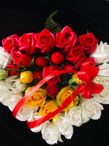 Aranjament floral EMRORA - Forma de inima 35 trandafiri parfumati de sapun Rosu/Alb/Galben