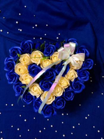 Aranjament floral EMRORA - Trandafiri parfumati de sapun Albastru/Crem