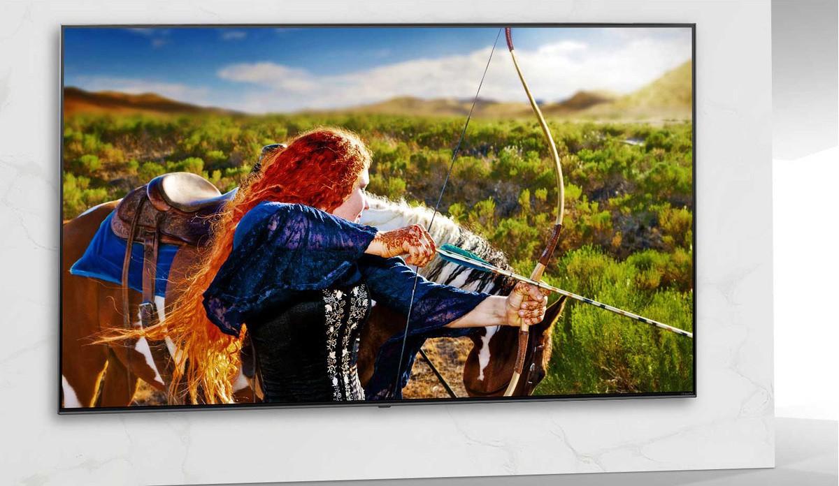 A TV képernyőjén egy sci-fi film látható, melyben egy nő egy íjjal lő.