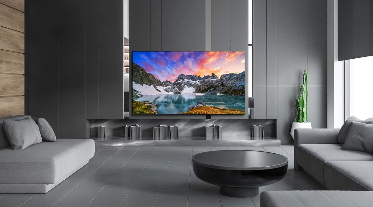 Телевизор сред луксозна домашна обстановка, показващ природна гледка, заснета от нивото на очите