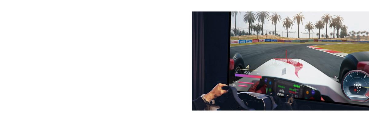 Prim-plan cu un jucător care are în mână un volan de curse în timpul unui joc de curse pe un ecran TV.