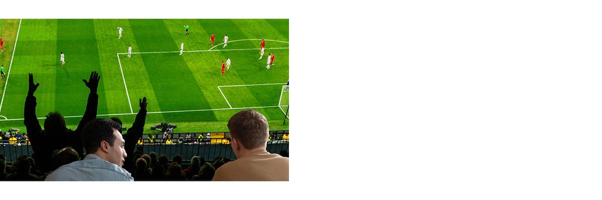Oameni care urmăresc un joc sportiv la televizor în camera de zi, pe un televizor cu ecran urias