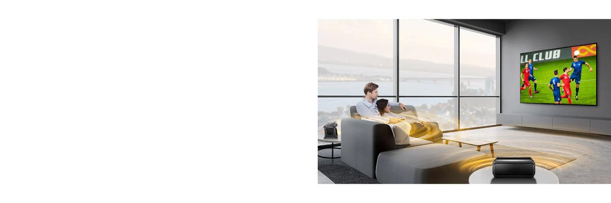 Un bărbat si o femeie care urmăresc un joc sportiv la televizor în camera de zi, cu difuzoare Bluetooth în spate