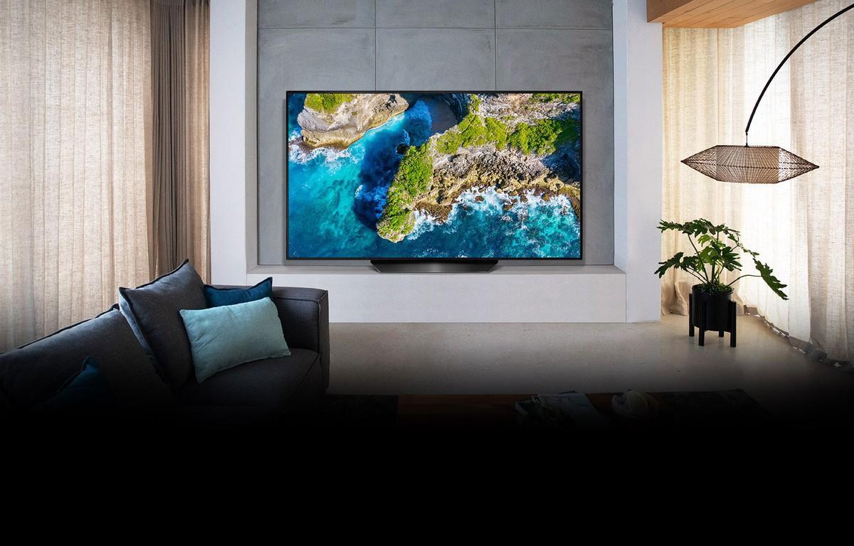 Televizor care prezintă o vedere aeriană a naturii într-un decor cu o casă luxoasă