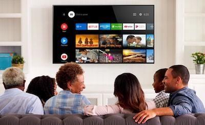 Familie căutând continut de divertisment pe Android TV